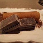 Postre de Algarroba y tejas de Mousse de Chocolate Helado
