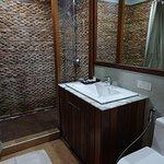 douche séparée par une vitre : exceptionnel en Birmanie !