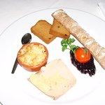 Terrine de foie gras de canard , chetney de fruits rouge , crumble de pomme et taost brioché