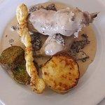 Cuisses de poulet aux morilles gratin dauphinois et mousseline de légumes .
