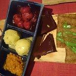 Päreelle kerättynä suklaakaakkua, rapea räiskäle, raakalakritsi-valkosuklaaterriiniä, ampiaissor