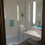 Badezimmer mit Dusche und Waschbecken, WC in eignem Raum