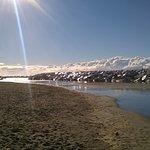 Marina di Pisa. Nubi o cime innevate dietro li scogli?....