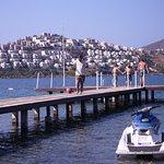sur le ponton pour aller se baigner et où les gens venaient aussi pêcher
