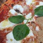 Margherita mit Büffelmozzarella und Basilikum, sehr sehr lecker! Super Teig, Tom.Sauce sehr gut,