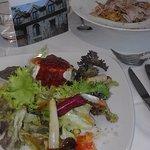 linguini con foie y ensalada con queso de cabra y mermelada de frambuesa