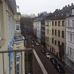 Otel odasındaki balkondan sokağın görünüşü 1