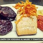 Salmón al limón con verduras al malbec y tomates al horno.