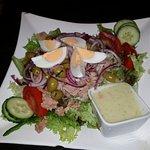 Nizza-Salat mit Gartenkräuter-Dressing