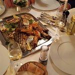 Grillplatte de luxe - frischer Fisch des Tages und Riesengarnelen