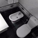 Etroite salle d'eau de ma chambre 107, Hôtel Marina, Izola