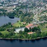 Domkirkeodden stikker ut i Mjøsa rett vest for Hamar sentrum/ The museum seen from above.
