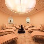 Relaxbereich mit Solebrunnen im Wellness