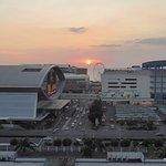 Uitzicht op de Mall of Asia met ondergaande zon