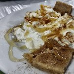 Postre, estilo yogur con miel y una masita