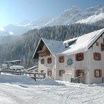 Gasthof Winter - dahinter die Seilbahnstation Weißsee Gletscherwelt