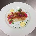 Saumon mariné, mayonnaise au raifort, betterave et oignon pickles
