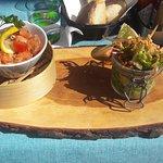 Tartare de saumon avec salade et frites maison