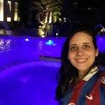 Foto em frente a piscina a noite