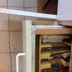 Carrelage vétuste et cuisine salle.