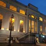 Ingresso al museo con accesso al pianterreno, le finestre già danno l'idea del luogo.