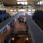 Sala centrale, macchinari e file di reperti ai lati.