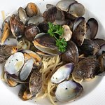 Vongole lunch special (clams with linguini in garlic sauce)