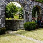 Jardín amplio con arcos de cantera verde!