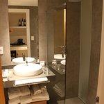 Deluxe Suite w Small Bathroom