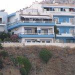 Hotelli Minos (keskellä) satamasta nähtynä