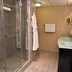 Deluxe King or Fire Place Suite Bathroom
