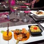 brochettes noix de Saint Jacques et crevettes (en bas) et tagliatelle au foie gras (à droite)