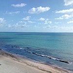 Praia calma, com agua morna e os recifes passam um pouco de segurança em ralação aos tubarões