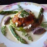 Lotte rôtie au paprika, fondue de poireaux, asperges vertes, concassée tomate, sauce champignons