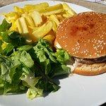 Roquefort burger, steack surgelé très mauvais demandé saigant et servi à point, sauce & frites b