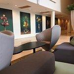 Vakre malerier av Gullvåg. Som å være på kunstutstilling. Deilige stoler å slappe av i.