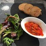Le foie gras de canard mi cuit au torchon, Confiture de poivrons rouges et pain grillé au maïs.