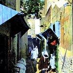 Une ruelle descendant de la place de la casbah