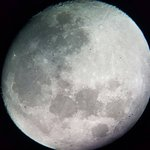 We took this pic of the beautiful Moon through the telescope! WOW <3
