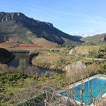 La estupenda piscina y extraordinarias vistas. Al fondo Portugal.