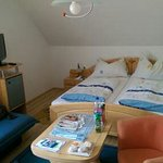 modernes Zimmer mit ausreichend Platz