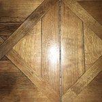 in den Fugen des Holzbodens bleibt man mit Stöckelschuhen hängen