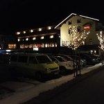 Hotel vu extérieur depuis le parking, la nuit