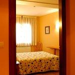 Habitación cuádruple Hotel El Pilar (Benasque) compuesta por dos habitaciones