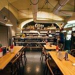 1 ere salle avec le bar et de très bons vins!