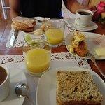 Aunque la foto no le hace mucho honor, de verdad que son excelentes desayunos, cada mañana.