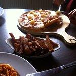 Pizza Americana - Cheese, tomato, ham & pineapple