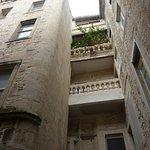 Nîmes: dans une petite rue cachée des passants