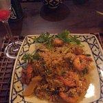 Delicioso  prato de Camarões  ao molho curry e arroz frito no  cardápio Sawadee