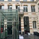 L'entrée, vue accueil et façade.